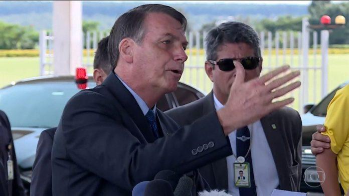 Bolsonaro desafia jornalistas a sair com ele para