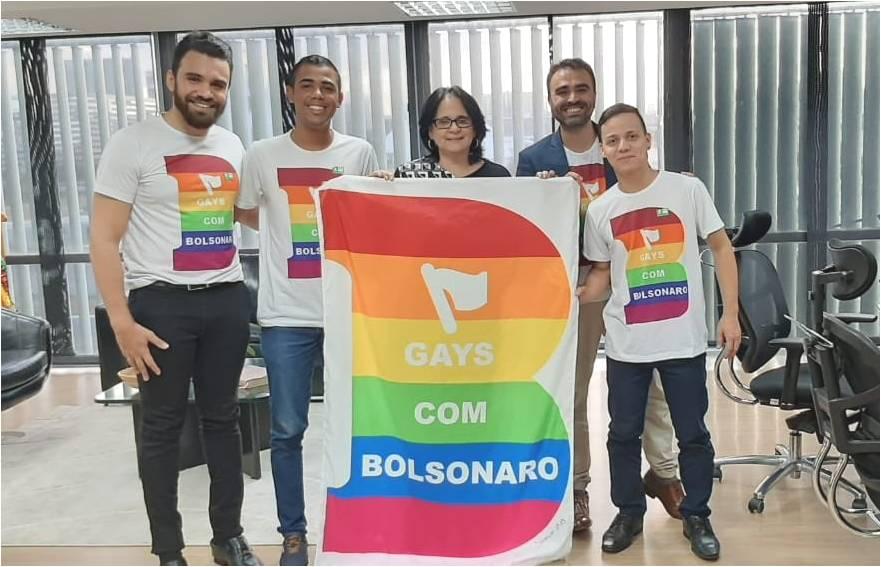 Gays com Bolsonaro e Damares Alves: pra eles, não importa ela ser a favor de cura gay e contra pauta anti-bullying e discriminação LGBT no ensino. (Foto: Reprodução / Twitter)