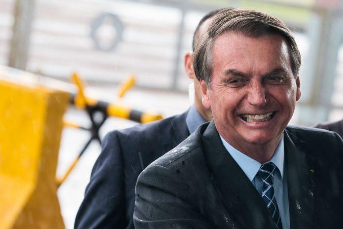 Bolsonaro assina MP que muda direitos de transmissão de jogos e atinge a Globo