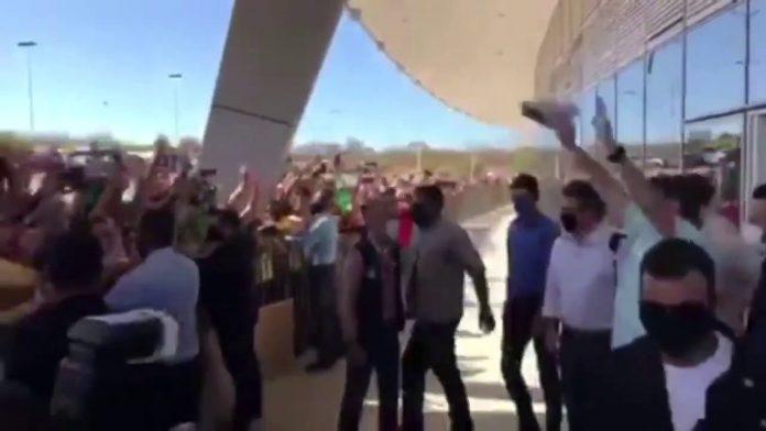 Bolsonaro é recebido aos gritos de